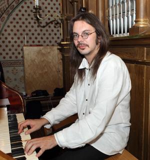 Organisten Janis Pelse spelade när den nyrenoverade orgeln invigdes i Älvkarleby kyrka.