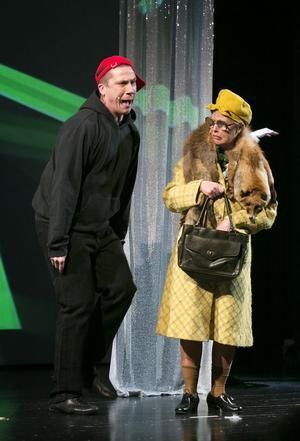 En spattig Ylvis får ett snöpligt slut. Richard Linderholm och Anna-Lena Källander.