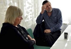 Anna-Clara och Björn Asplund under en av de intervjuer de medverkat i inför poddserien som handlar om deras sons försvinnande.
