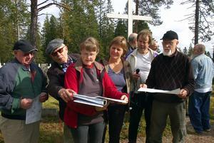 Eva Jernqvist i röd jacka berättar om begravningsplatsen och den gamla bebyggelsen vid Östra Råberget. Foto:Jan Norberg