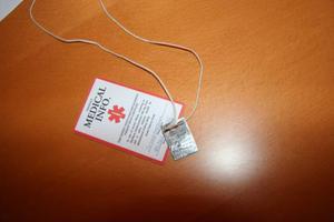 Efter det att Umeå konstaterat attJhenny i samband med sin graviditet drabbats av Addisons sjukdom måste hon bära ett halsband och ett rött kort i plånboken med information om sjukdomen.