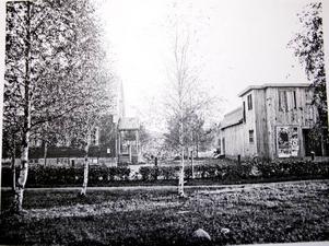 """1927. Så här såg nybyggda Palladium ut 1927. Bilden är tagen från Skolgatan sett. Den första filmen som visades var """"Maharadjans älsklingshustru"""" av A.W. Sandberg. Biografen invigdes på annandag jul 1926."""