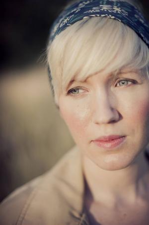 Ester Roxberg, som tidigare vunnit Lilla Augustpriset, skriver om att förlora en förälder, som ändå finns kvar i en annan skepnad.