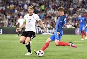 Antoine Griezmann sköt 1–0 på straff till Frankrike mot Tyskland sedan Bastian Schweinsteiger tagit bollen med handen. I andra halvlek sköt den franske anfallaren 2–0.