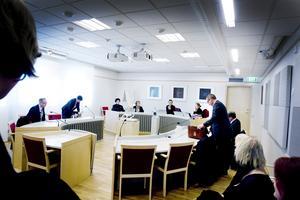 Brynäs IF:s representanter på ena sidan, och Gävle kommuns på den andra. I dag möts de i Falun.
