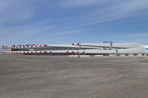 Vingarna till vindkraftverken ska transporteras med lastbil till Jädraås. Varje transport kommer att vara drygt 60 lång. Foto: Håkan Selén
