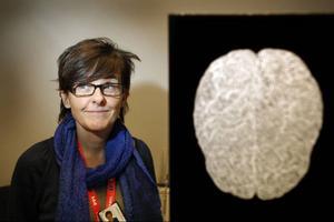 – Arbetsplatser borde inte bara tänka kroppsergonomiskt utan även hjärnergonomiskt. För att vara produktiv måste man kunna fokusera och då är det idiotiskt med öppna kontorslandskap och inglasade rum, där man aldrig kan stänga in sig helt, säger Agneta Sandström.I förgrunden syns ett verk av konstnären Maria Misenberger. Bilden finns med på Agneta Sandströms avhandling.