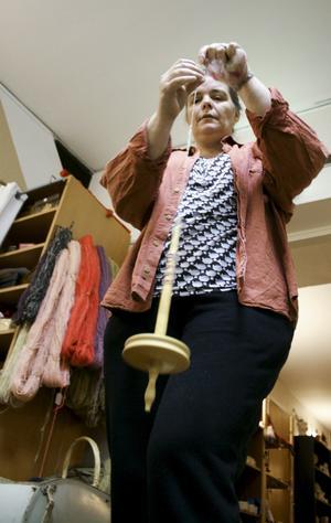 Camilla Andersson på Skaparstugan visar hur man spinner med hjälp av en slända. Bild: Eleonore Eriksson