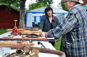 """Ovanliga ting. Kerstin Andersson från Örebro pratade gamla udda föremål med """"sakletaren"""" Sune Grafver."""