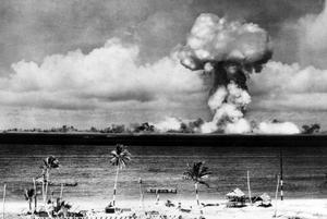 Är det så här vi ser världen, som ett ständigt katastrofhot? Under 60-talet sprängde Frankrike atombomber över Bikiniatollen, men synen på kärnvapenanvändning är bara en av många saker som har blivit bättre i världen.
