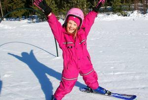 """Wilma Häggkvist hade skoj på skidskolan. """"Roligast är det att åka lift"""", säger hon.Foto: Carin Selldén"""