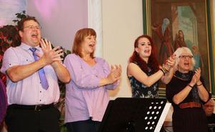 Per Nordenberg, Fiona Kellner, Sara Brännäs och Birgitta Flygare sjunger.