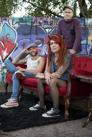 Punkbandet The sensitives är Paulina Hjertton, sång och Bas, Martin Bäck, sång och gitarr samt Anton Bäck, trummor.