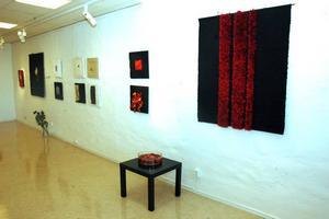VANDRING. Monica Åbergs utställning av vävar visar Dantes vandring från helvetet, via skärselden till paradiset.