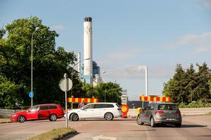 Avspärrningarna kring industribranden kvarstår under måndagen
