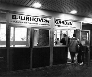 Bjurhovdagården 31 oktober 1989. Bildtexten löd så här: Bjurhovdagården är en självklar träffpunkt för ungdomarna i området. Det är där allting händer. Men sedan 1970-talet har kommunen dragit ned på fritidsutbudet i Bjurhovda.