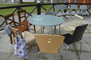 Under renoveringen får gästerna äta utomhus. Kanske får du äran att provsitta på någon av dessa stolar.