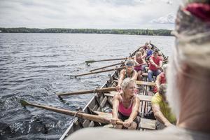 Arbrå kyrkroddbåtförening ror den första kyrkroddbåten i Marmen.