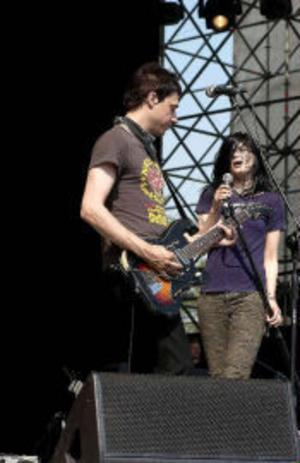 The Kills består av engelsmannen Jamie Hince på gitarr och amerikanske sångerskan Alison Mosshart. Deras skiva No wow  ska släppas i en längre version, med b-sidor och ommixade versioner av gamla låtar. – Jag trodde aldrig vi skulle göra remixer, men resultatet blev riktigt bra, säger Jamie Hince.Foto: Scanpix