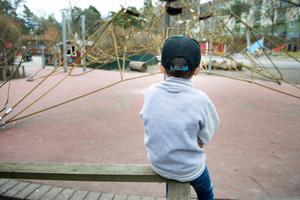 Pojken har fått bestående ögonmuskelbesvär efter fallolyckan. Pojken på bilden har ingenting med händelsen att göra. Foto: Jessica Gow/TT