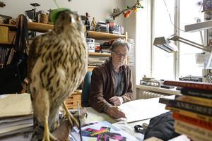 Sven Nordqvists ateljé är proppad med grunkor och grejer, precis som Pettsons snickarverkstad.