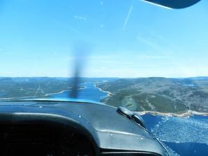 Vatten och vildmark. Norra Kanada passerar man innan det bär av österut mot Grönland.