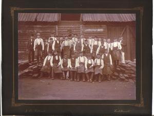 En gruppbild med wallonsmeder från år 1888. Bilden är tagen mot kolhusväggen vid nedre hammaren.