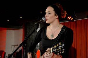 Hannah Aldridge har en väldigt stark, tydlig och träffsäker röst.