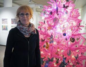Karin Ferner framför sin rosa julgran som är en del av hennes utställning