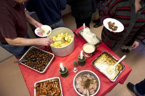 Maten som bjöds var ett traditionellt julbord med sill, potatis, prinskorv, lutfisk och Janssons frestelse.