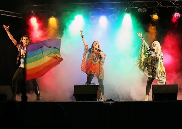 Storschlaget bjöd på en bejublad show. När Caroline Jönsson, Lena Nilsson och Gregor Michaj, drog i gång den officiella Härjedalen Pridlåten var det en nästintill en magisk upplevelse.