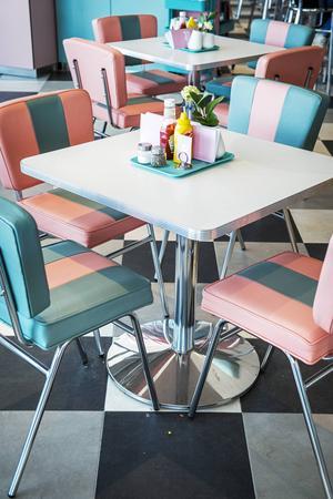 Möblerna är specialbeställda och inredningen går i rosa, mintgrönt, svart och krom.