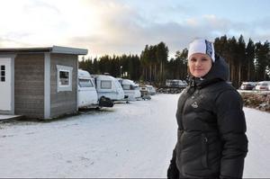 """För Pernilla Åslund som driver Vemdalens camping går det bra, hon har campinggäster på kö och håller på att bygga ut för fullt.""""Det är trendigare att campa nu än för några år sedan, då var det mer töntigt"""", säger Pernilla. Foto: Carin Selldén"""
