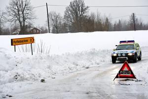 Polisen har spärrat av vägen i Bocksboda. Fyndet av en kroppsdel gjordes längs vägen mot Hyttebacken.