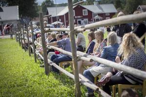 Besökarna radade upp sig runt staketet i solskenet.