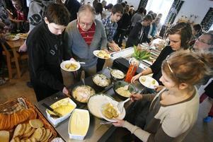 När landshövding Barbro Holmberg invigde ekoköksprojektet såg hon bara fördelar för både eleverna och miljön.Elever och lärare lät sig väl smaka av dagens skollunch, en smakrik, näringsriktig ekologisk mat utan tillsatser.