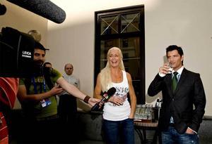 Malena Ernman och Greklands Sakis Rouvas håller en kort pressträff på en innergård på svenska delegationens hotell i Moskva.