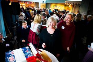 I söndags släppte Ulla Oscarsson sin bok Kvinnomöda och skaparglädje som är formgiven av Lena Andersson.    Foto: Robert Henriksson