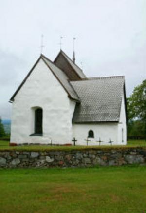 Den romanska gråstenskyrkan från 1200-talet med sin vita välputsade fasad.