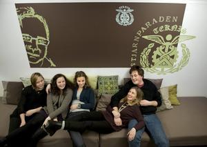 Eleverna på Rudbecksskolan är helnöjda med rummet som Tullängsskolans elever inrett. Från vänster Josefine Sternoff, Madeleine Holmlund och Jennifer Zeqiri från Tullängsskolan och Ellen Ekholm och Axel Pettersson från Rudbecksskolan.