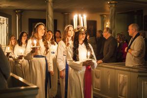 Härjedalens lucia 2015, Prasamsa Aryal, följs av sina tärnor in i Svegs kyrka under kröningen förra året.