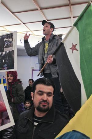 Ahmed Alsakhadi klättrar upp på en träbänk och rappar en sång om arabvärldens diktatorer. Det är hans politiska musik som är skälet till att han tvingats fly från Syrien.