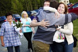 Inga-Maria Olofsson, till höger, jublade när hon klev in på skolgården för att hennes barn får fortsätta på skolan.