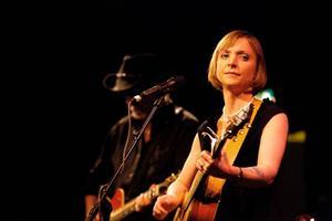 Americana-stjärnan Eilen Jewell har ett häpnadsväckande bra band bakom sig. Själv är hon rolig och sjunger okonstlad allt från jazz till country och rockabilly. Inte undra på att publiken på studioscenen kom i extas.