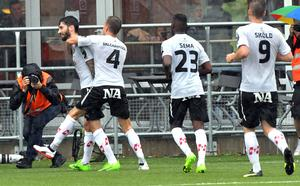 Nahir Besara uppvaktas efter 3-0-målet mot Göteborg.