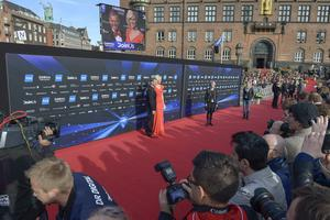 Sanna Nielsen gör entré på röda mattan utanför Rådhuset i Köpenhamn.   Foto: Janerik Henriksson/TT