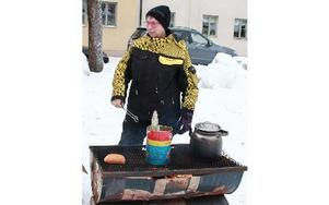 Majlis Norman serverade korv och stod för skjuts till söndagens skotergudstjänst vid Myrtjärn.