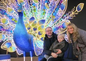 Louie Öberg, 3 år, lockades mest av isbjörnen på Åsby Hem & Trädgård. Pappa Joel och farmor Viveca Öberg gillar butikens julupplägg.