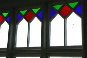 Verandans vackert målade fönster.