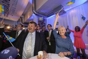 Sverigedemokraternas kandidater Peter Lindgren och Kristina Winberg på EU-valvakan för Sverigedemokraterna i Stockholm på söndagen.